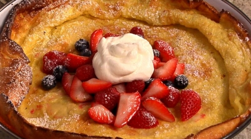 Baked pancakes with strawberries and cream