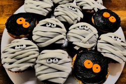 Cupcakes decorated with halloween decorations